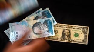 """Hàng xấp """"bolivar mạnh"""" chỉ tương đương một đô la Mỹ"""