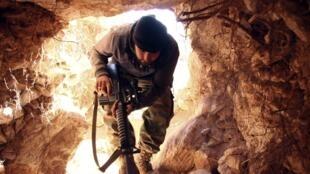 Боец Свободной сирийской армии в провинции Идлиб 07/02/2014