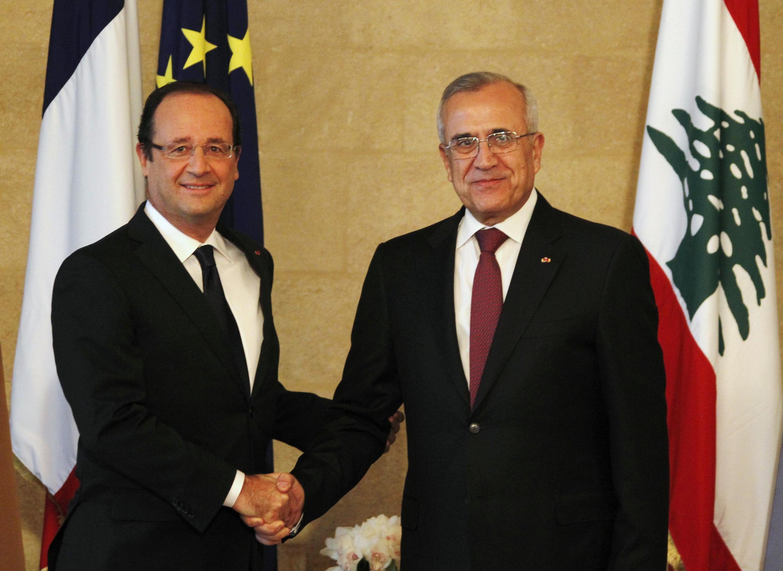 Os presidentes francês François Hollande (e) e libanês Michel Sleimane, em Beirute neste domingo (4).