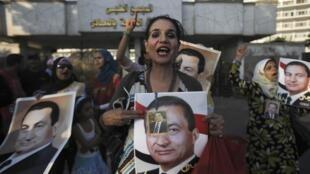 Partidários do presidente deposto Hosni Moubarak reuniram-se em frente à prisão no dia de sua libertação condicional, em 22 de agosto de 2013.