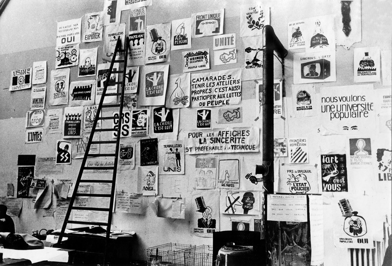 Плакаты на стене парижского «народного ателье»