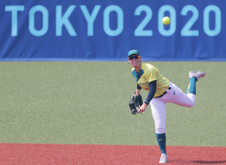 La australiana Michelle Cox lanza la pelota durante el juego inaugural del torneo de sóftbol de los Juegos Olímpicos de Tokio 2020 en el Estadio de Béisbol Fukushima Azuma, el 21 de julio de 2021
