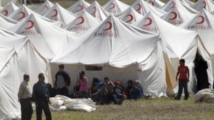 Côté truc les camps de réfugiés sont saturés. De nouveau camps doivent être installés pour accueillir les milliers de réfugiés syriens qui attendent de l'autre côté de la frontière.