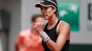 La española Garbiñe Muguruza, tercera jugadora del mundo y campeona del torneo en 2016, alcanzó sin grandes complicaciones la tercera ronda de Roland Garros, este jueves, al superar por 6-4 y 6-3 a la francesa Fiona Ferro.