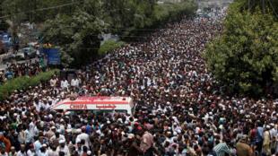 مراسم تشییع جنازه امجد صبری در میان تدابیر امنیتی شدیدی برگزار شد و تلویزیون های پاکستان این مراسم را به گونه زنده پوشش دادند.
