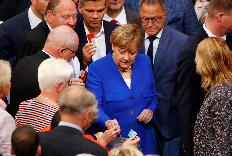 Канцлер Германии Ангела Меркель голосует по вопросу легализации однополых браков в Бундестаге, 30 июня 2017 г.