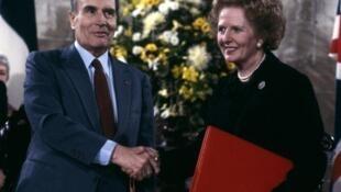 François Mitterrand et Margaret Thatcher lors de la signature de l'accord de construction du tunnel sous la Manche, le 12 février 1986 à Canterbury.