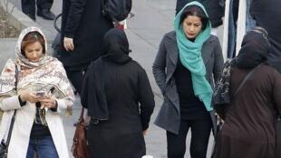 Une Iranienne ayant ôté son foulard en public a été condamnée à 24 mois de prison, dont 3 fermes. Illustration: femmes iraniennes dans une rue de Téhéran, février 2018.