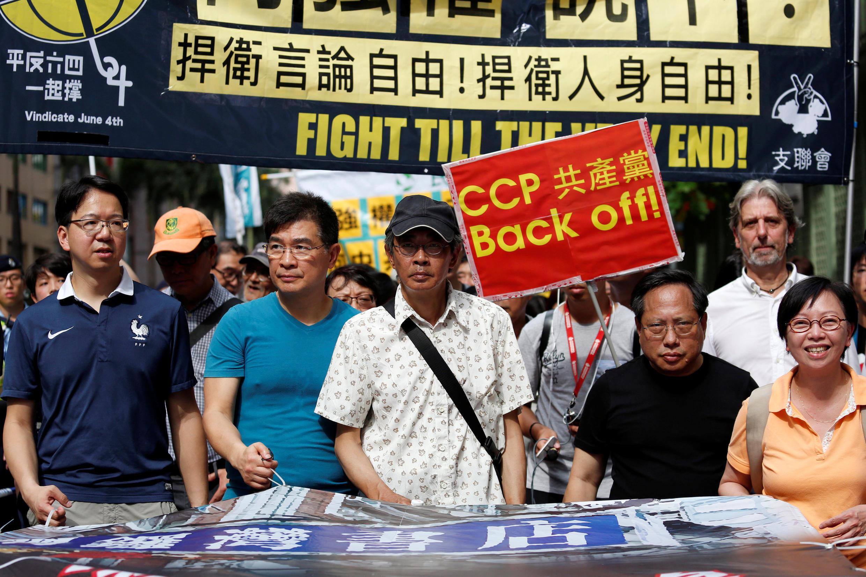 Le libraire Lam Wing-Kee (centre) lors d'une manifestation en 18 juin 2016 à Hong Kong.