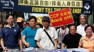Nhà bán sách Lâm Vinh Cơ (Lam Wing Kee) (G) trong một cuộc biểu tình đòi dân chủ ở Hồng Kông, ngày 18/06/2016.