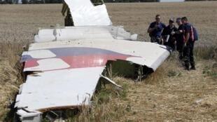 Chuyên gia quốc tế xem xét mảnh vỡ của chiếc MH17 tại làng Grabovo, Donetsk, Ukraina ngày 01/08/2014.