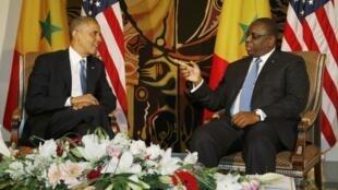 Barack Obama conversando con el presidente senegalés Macky Sall en Dakar, este 27 de junio de 2013.