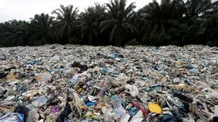"""Ảnh minh họa: Rác nhựa chất đống ở bên ngoài một cơ sở tái chế """"chui"""" tại Jenjarom, Kuala Langat, Malaysia. Ảnh chụp ngày 14/10/2018"""