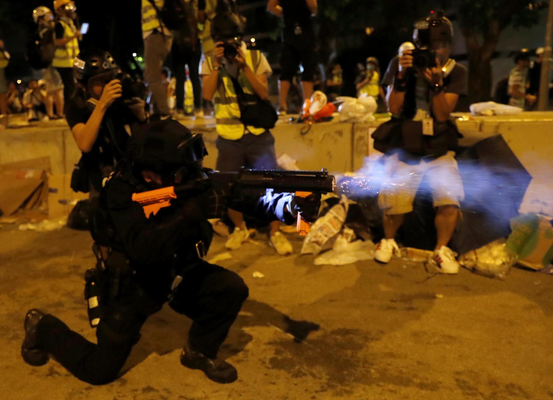 Cảnh sát Hồng Kông cố đẩy lùi người biểu tình xâm nhập Nghị Viện, Hồng  Kông, ngày 1/7/2019.