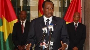 Le président burkinabé Blaise Compaoré (au centre) au palais présidentiel à Ouagadougou, le 3 septembre 2010.