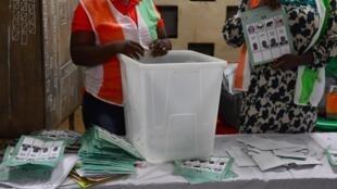 Comptage des voix à l'occasion des élections locales, à Bouaké, dans le centre de la Côte d'Ivoire, le 13 octobre 2018.