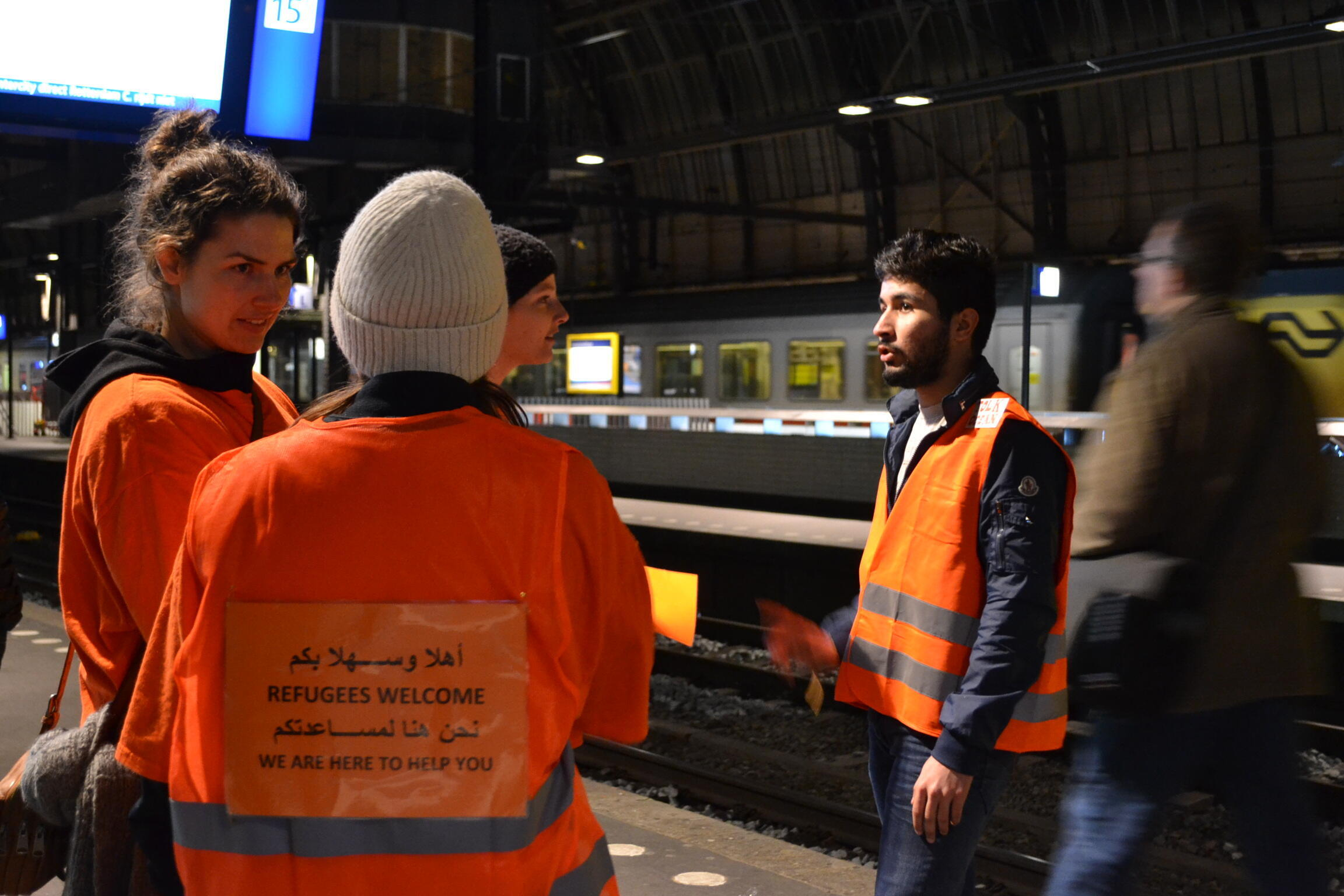 De jeunes volontaires néerlandais en gare de Stockholm.