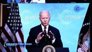 Tổng thống Mỹ Joe Biden trên màn hình đặt tại văn phòng chủ tịch Hội Đồng Châu Âu Charles Michel, nhân cuộc họp thượng đỉnh thế giới về Khí hậu, Bruxelles, Bỉ, ngày 22/04/2021.