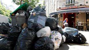 Les poubelles s'entassent dans le quartiers Grands Boulevards à Paris, le 9 juin 2016.
