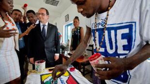 François Hollande (Centre)  et son homologue béninois, Thomas Boni Yayi (2e rang au centre) visitent le quartier de Zongo où se trouve la Bluezone, le 2 juillet 2015