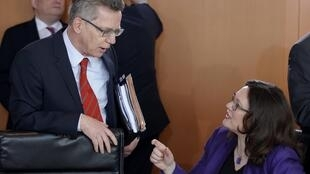 El ministro del Interior, Thomas de Maizière, y la titular de Trabajo, Andrea Nahles, este 26 de marzo en Berlín.