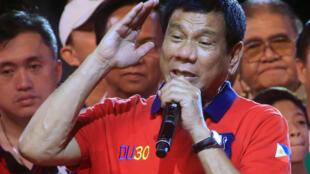 O candidato à presidência e prefeito de Davao, Rodrigo Duterte lidera votação nas eleições apesar de suas posições em defesa de assassinatos extrajudiciais.
