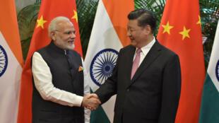 Chủ tịch Trung Quốc Tập Cận Bình - Xi Jinping (P) và thủ tướng Ấn Độ Narendra Modi trong cuộc gặp tại Vũ Hán (Wuhan), tỉnh Hồ Bắc (Hubei), Trung Quốc, ngày 27/04/2018.