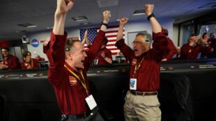 Engenheiros da Nasa celebram pouso da sonda InSight em Marte