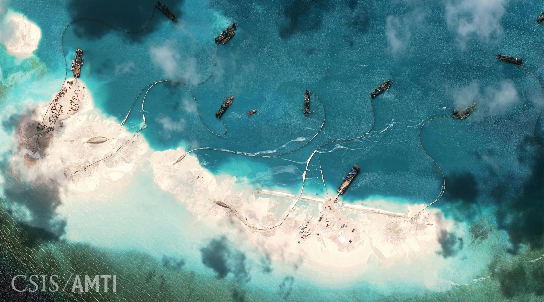 Đá Chữ Thập mà Trung Quốc đang bồi đắp, theo ảnh vệ tinh đăng trên trang web của CSIS.