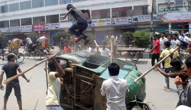 Акции рабочих в столице Бангладеш Дакка с требованием ареста виновных в обрушении здания со швейными цехами и гибели сотен рабочих