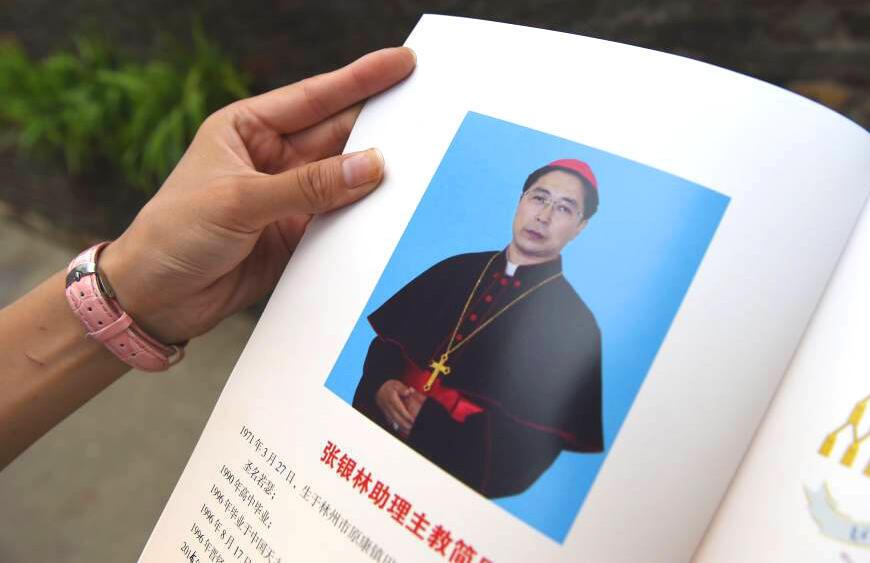 Giám mục Giu-se Trương Ngân Lâm (Zhang Yilin) được tấn phong ở An Dương, tỉnh Hà Nam - AFP