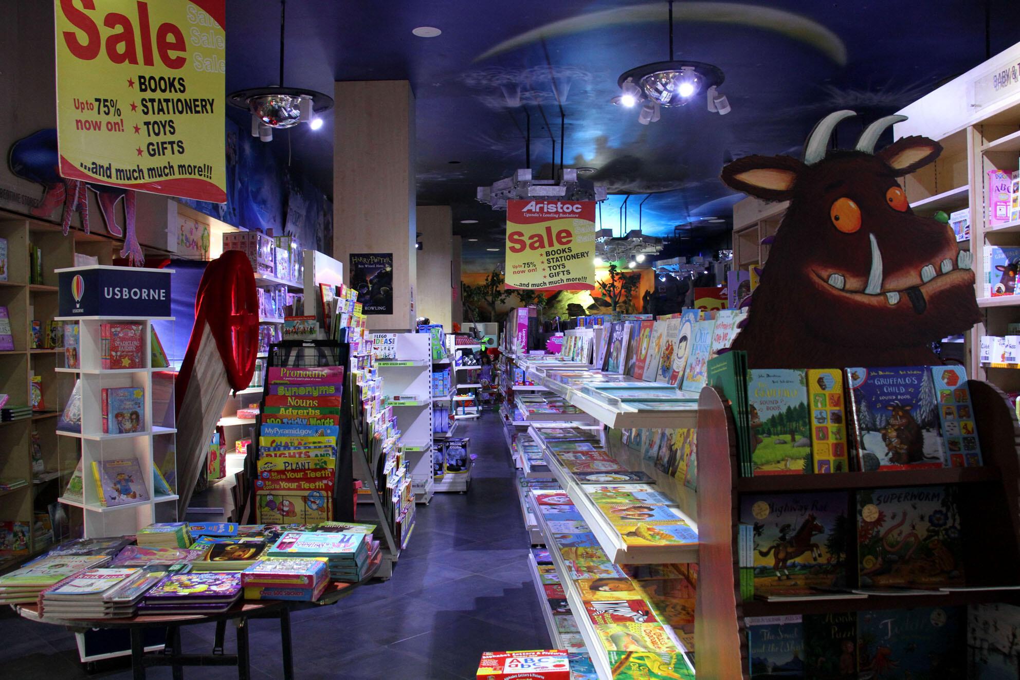 En Ouganda, la librairie Aristoc accorde une place importante à la littérature pour enfants.