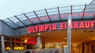 មនុស្សមករំលឹកវិញ្ញាណខន្ធ ជនរងគ្រោះនៅខាងមុខផ្សារទំនើប Olympia ក្រុងមុយនិច