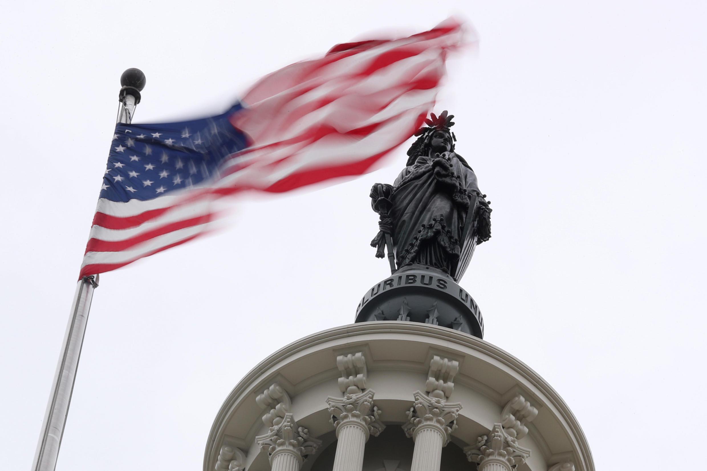 Ảnh minh họa: Quốc kỳ Mỹ trên điện Capitol ở Washington, 02/11/2018.