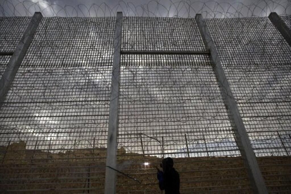 Clôture métallique entre l'Israël et l'Egypte, vers Eilat près de la mer Rouge.
