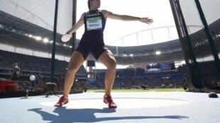 La française Melina Robert-Michon, 37 ans, pendant la finale de l'épreuve de lancer aux jeux olympiques de Rio, au Brésil, le 16 août 2016.