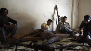 Des combattants de l'ASL, dans une maison de Deir al-Zor, le 18 juin.