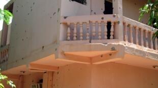 Les murs de l'hôtel Byblos de Sévaré criblé de balles après l'attaque armée.