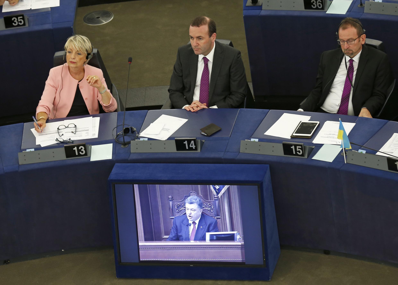 Tổng thống Ukraina Petro Poroshenko qua video truyền hình trực tiếp phiên họp - REUTERS /Vincent Kessler