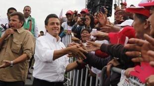 Le jeune candidat du PRI, Enrique Peña Nieto, fait la course en tête dans les sondages sur l'élection présidentielle du dimanche 1er juillet 2012.