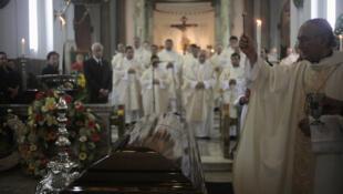 El ataúd de Rodolfo Quezada Toruño en la Catedral de la Ciudad de Guatemala, este 4 de junio de 2012.