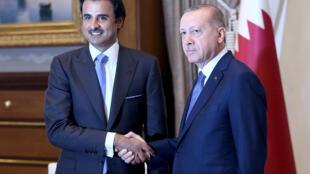 Thủ tướng Thổ Nhĩ Kỳ Tayyip Erdogan (D) và quốc vương Qatar Tamim ben Hamad al-Thani, tại Ankara, ngày 15/08/2018.