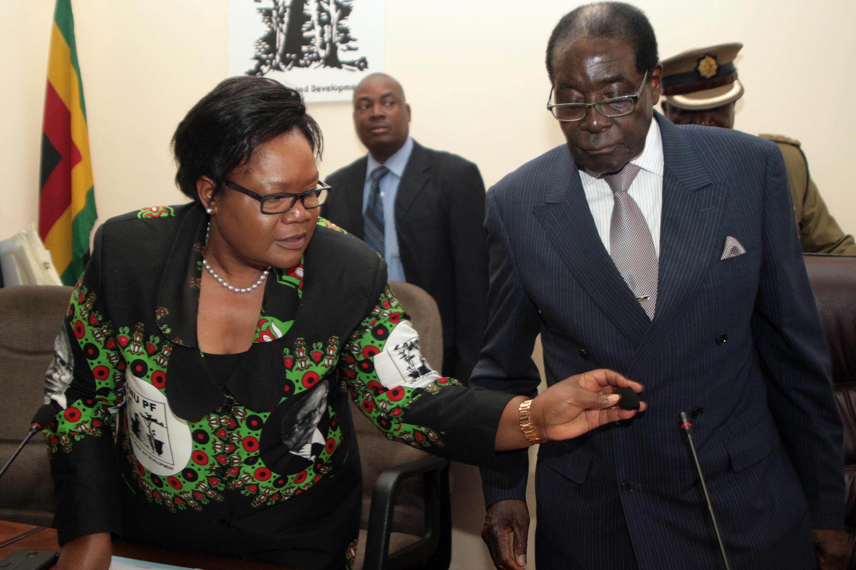 Joice Mujuru au côté du président Robert Mugabe avant son éviction, en octobre 2014.