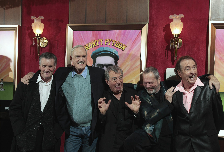 Os humoristas do grupo britânico Monty Python.