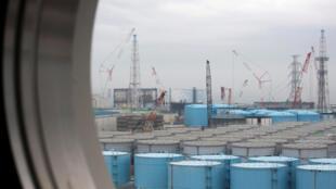 Des centaines de réservoirs stockent l'eau contaminée de la centrale de Fukushima, ici en février 2017.
