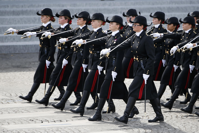 法國巴黎高等理工學院身穿制服的學生,在香榭麗舍大街上進行國慶遊行。