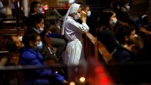 En France, la célébration de la messe est suspendue pendant le confinement.
