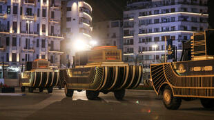Encadrés d'une garde montée, les premiers chars noirs ornés de motifs dorés et lumineux rappelant les embarcations funéraires antiques (notre photo) ont quitté à 20h (18h TU) la place Tahrir et le musée du Caire, où les momies reposaient depuis plus d'un siècle.