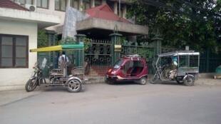 """Xe của """"thương binh"""" đậu  trước cửa Viện Hán Nôm tại Hà Nội sáng ngày 18/05/2012."""