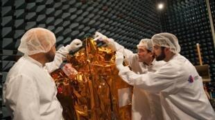 Cientistas franceses fazendo os últimos ajustes no satélite Microscope.